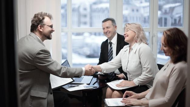 Рукопожатие финансовых партнеров перед обсуждением сделки. фото с местом для копирования