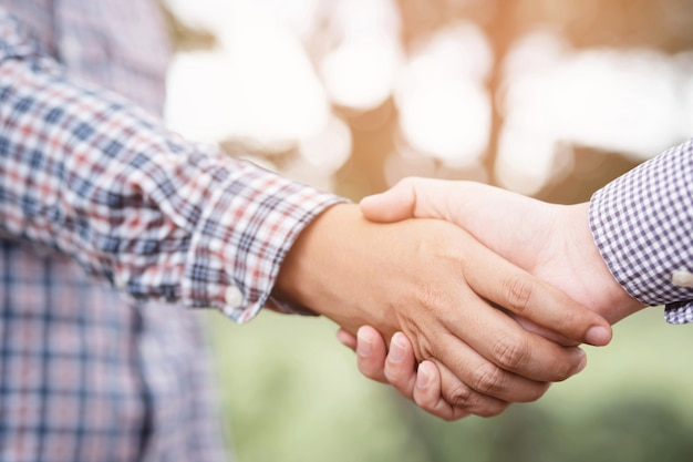 Рукопожатие gesturing люди концепции сделки подключения