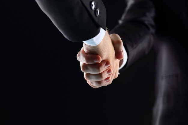 黒い背景に握手