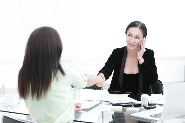 비즈니스에서 악수 관리자 및 클라이언트 여성 파워