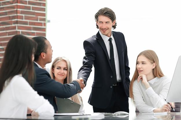 現代のオフィスの握手マネージャーと顧客。コピースペースのある写真