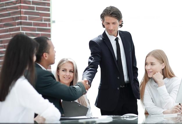 Менеджер рукопожатия и клиент в современном офисе