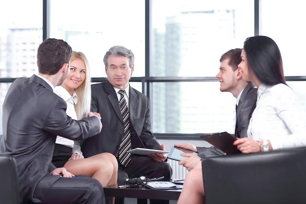 작업 회의에서 비즈니스 파트너의 악수