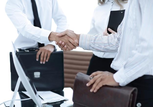 Рукопожатие деловых людей в офисе