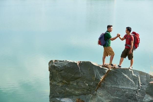 山の頂上の握手