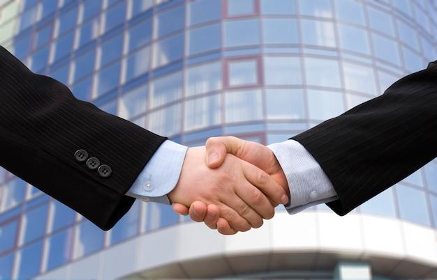 路上の握手