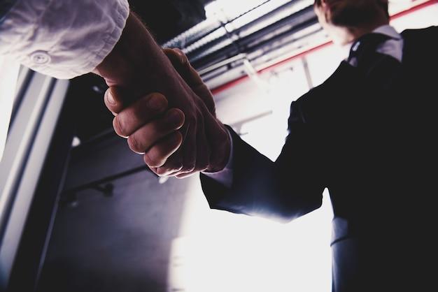 Рукопожатие деловой человек в офисе. концепция совместной работы и делового партнерства