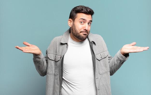 困惑して混乱している、疑っている、重みを付けている、または面白い表現でさまざまなオプションを選択していると感じているハンサムな大人のブロンドの男