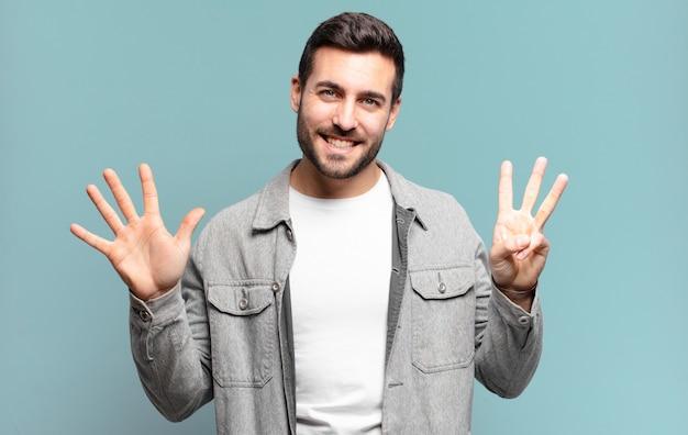 잘 생긴 성인 금발 남자 웃 고 친절 하 게 찾고, 앞으로 손으로 8 또는 여덟 번째를 보여주는 카운트 다운