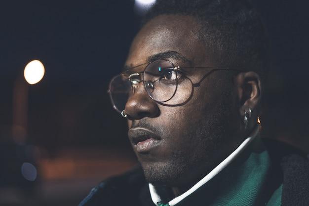 ストリートグラスでハンサムなアフリカ系アメリカ人の男。黒人の深刻な