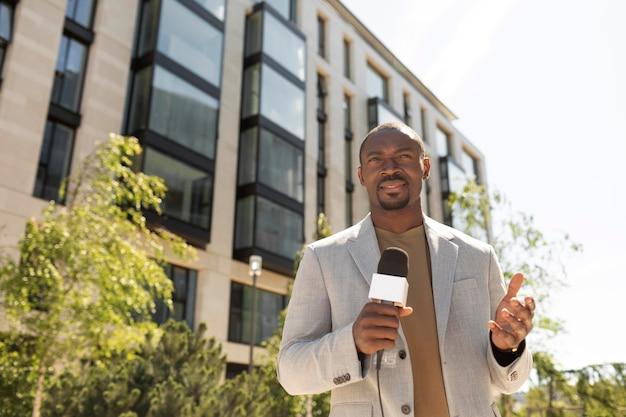 Красивый афро-американский журналист-мужчина