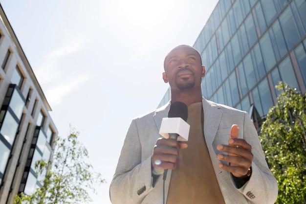 ハンサムなアフリカ系アメリカ人男性ジャーナリスト