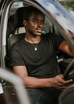 車を運転するハンサムなアフリカ系アメリカ人の男