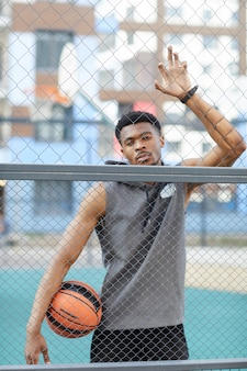 バスケットボールコートでハンサムなアフリカ系アメリカ人の男