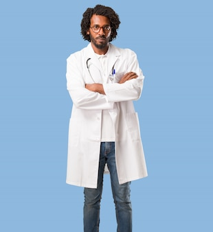 Красивый афро-американский врач очень злой и расстроенный, очень напряженный, кричащий яростный, отрицательный и безумный