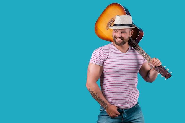 잘 생긴 아프리카 계 미국인 복고풍 스타일 기타리스트 블루에 고립 된 어쿠스틱 기타 연주