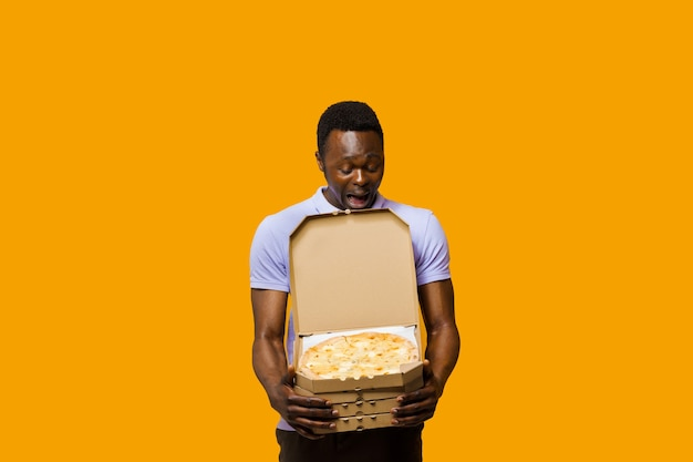 4개의 피자 상자가 있는 잘생긴 아프리카 수염 택배. 레스토랑에서 맛있는 음식 피자 배달. 안전 배송. 치즈 보드가 있는 피자 광고.