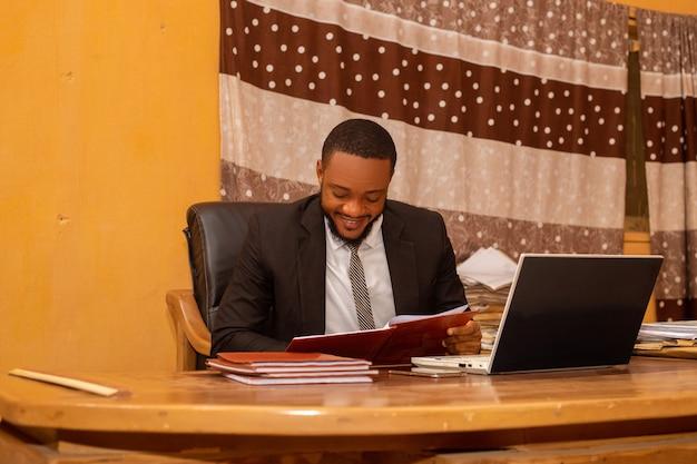 オフィスで興奮しているハンサムなアフリカのビジネスマン