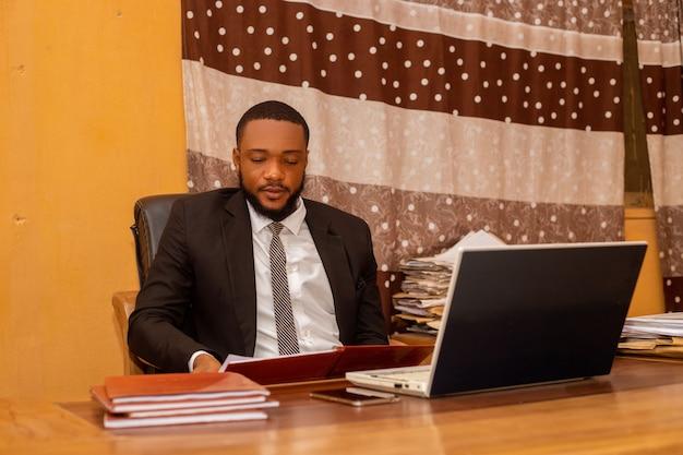 사무실에서 흥분을 느끼는 잘생긴 아프리카 사업가