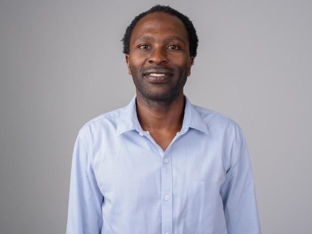 Красивый африканский бизнесмен