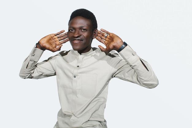 Красивый африканский парень, я тебя не слышу, черный взрослый, держится за уши