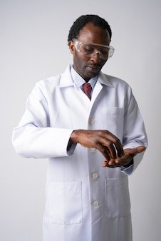 保護メガネをかけているハンサムなアフリカ人男性医師