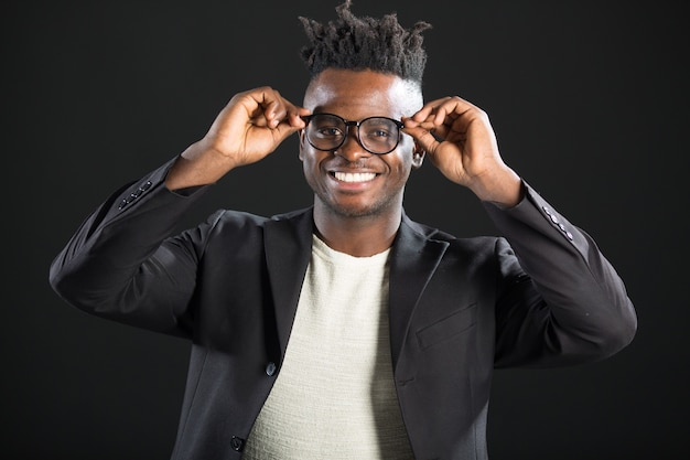 Красивый африканский мужчина в костюме с очками