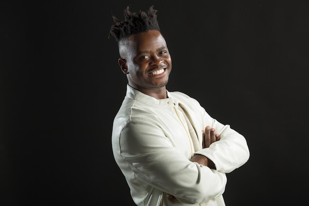 Красивый африканский мужчина в белой куртке