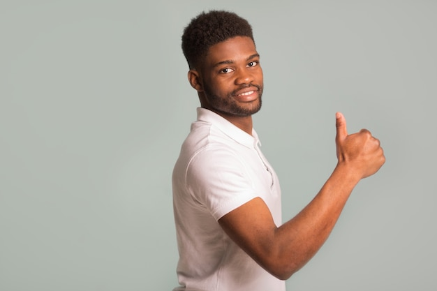 그의 힘을 보여주는 흰색 티셔츠에 잘 생긴 아프리카 남자