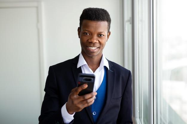 携帯電話でハンサムなアフリカ人