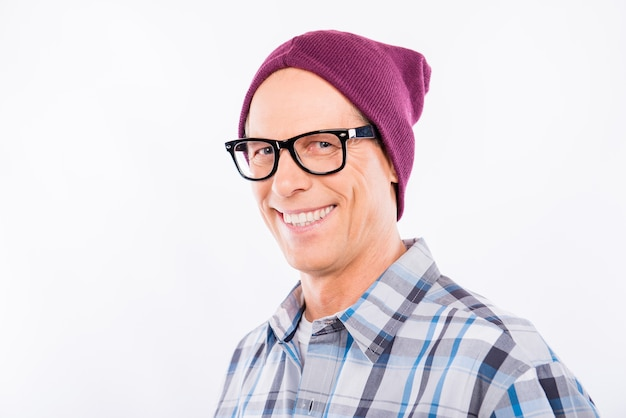 帽子とメガネでハンサムな高齢者のヒップスター