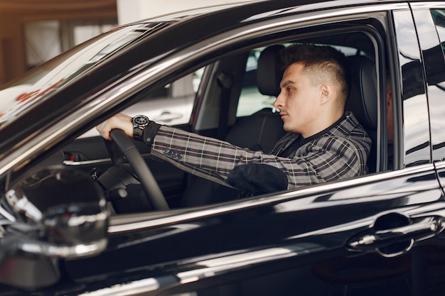 車のサロンでハンサムでエレガントな男