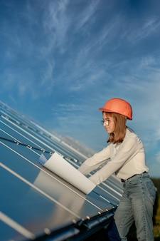 잘생긴 건축가 여자 초안 지도 또는 청사진 프로젝트 계획 작업자 활동 찾고 ou를 검사