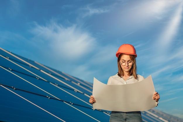 초안지도 또는 청사진 프로젝트 계획 작업자 활동을 검토하는 잘 생긴 건축가 여자를 찾고