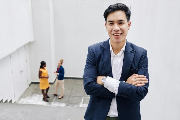 Красивый азиатский предприниматель