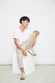 白い表面に分離されたハンサムなアジア人