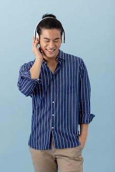 헤드폰을 통해 음악을 듣고 잘 생긴 아시아 남자