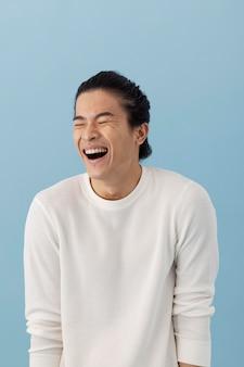Bel uomo asiatico in posa