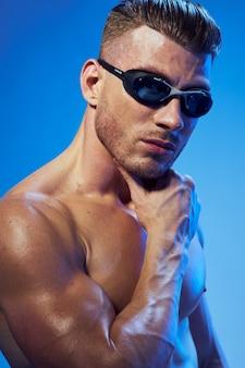근육 스튜디오에서 포즈 잘 생긴 운동 남자 몸