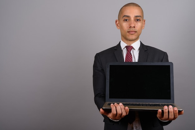회색에 노트북과 양복을 입고 잘 생긴 대머리 사업가