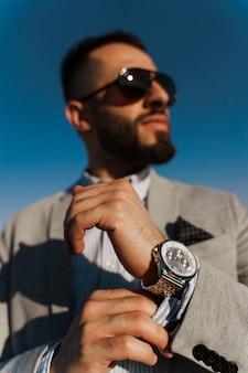 선글라스에 잘 생긴 수염 된 아라비아 사람입니다. 자신감이 이슬람 비즈니스 사람.