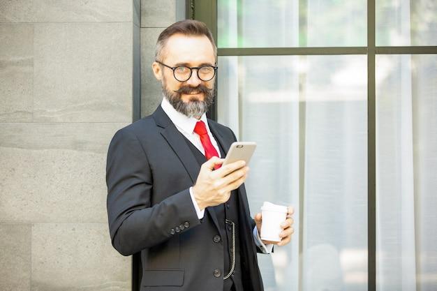 Красивый бородатый мужчина брюнетка в черной рубашке