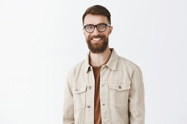 Красивый бородатый мужчина улыбается