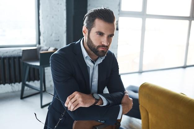 Красивый бородатый мужчина с очень интересной внешностью