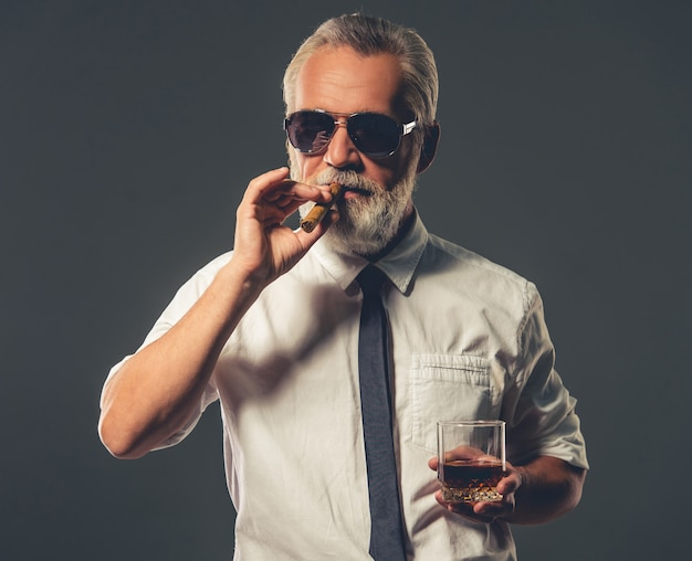 Красивый бородатый зрелый бизнесмен в классической рубашке.