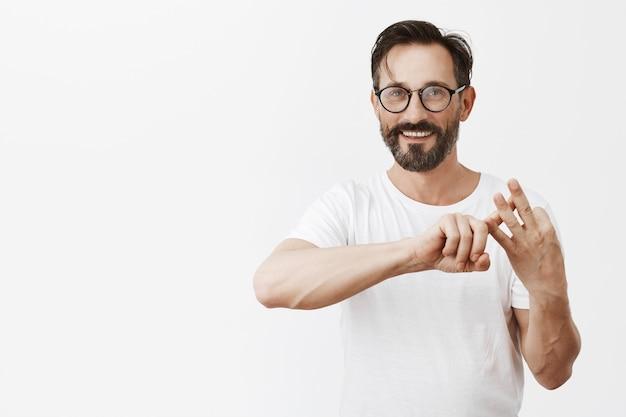 眼鏡のポーズでハンサムなひげを生やした成熟した男