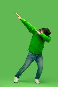 녹색에 고립 된 카메라를보고 잘 생긴 수염 된 젊은 남자