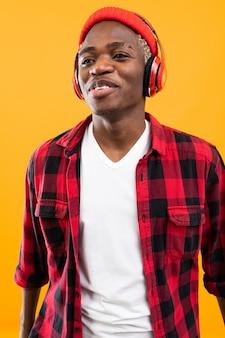 잘 생긴 흑인 남자 헤드폰을 사용 하여 음악을 듣고