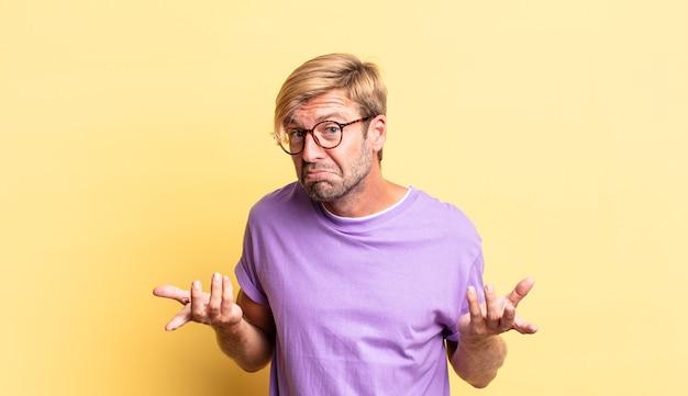 無知で混乱しているハンサムな金髪の大人の男、どちらの選択肢やオプションを選ぶべきかわからない、疑問に思う