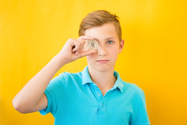 ハンサムな男の子はガラスプリズムを通して見えます。医療、ビジョン、埋め込みのコンセプト